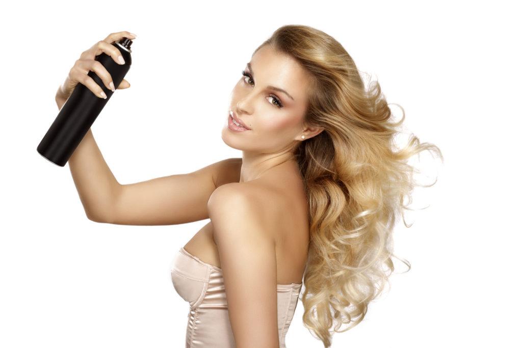 Trockenshampoos werden von manchen Frauen als schnelle Alternative zum Haarewaschen genutzt. Solche Sprays können aber auch schlimme Nebenwirkungen haben, wie eine junge Frau erfahren musste. (Bild: ipag/fotolia.com)