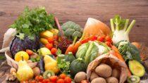 Oft hilft es bei fettiger Haut schon, die Ernährung umzustellen. (Bild: M.studio/fotolia.com)