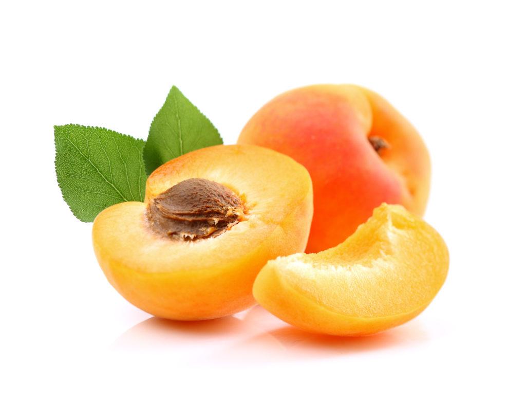 Aprikosen sind lecker und sehr beliebt. Allerdings gibt es einen fragwürdigen Gesundheitstrend, der Krebspatienten dazu rät Aprikosenkerne zu essen. Die Kerne sollen die Ausbreitung der Krankheit verhindern. Forscher warnen aber davor, dass Aprikosenkerne ein Gift in unserem Körper bilden. (Bild: Dionisvera/fotolia.com)