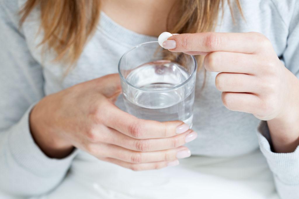 Aspirin wird oft bei leichten Schmerzen eingesetzt. Viele Menschen nehmen das Medikament beispielsweise bei Kopfschmerzen. Aber die Arznei kann noch mehr. Forscher stellten jetzt fest, dass Aspirin schwere Schlanganfälle vermeiden kann. (Bild: Photographee.eu/fotolia.com)