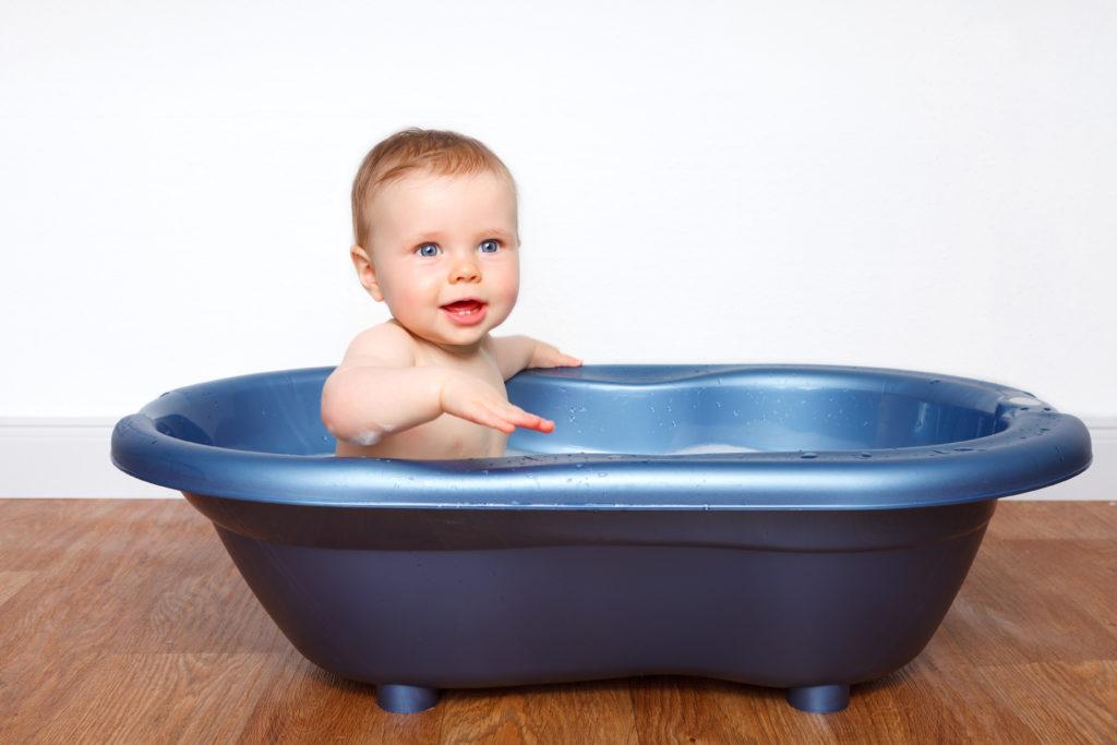 Neugeborene dürfen in den ersten Wochen noch nicht gebadet werden. Erst muss sich die Körpertemperatur der Kleinen stabilisiert haben. (Bild: Ramona Heim/fotolia.com)