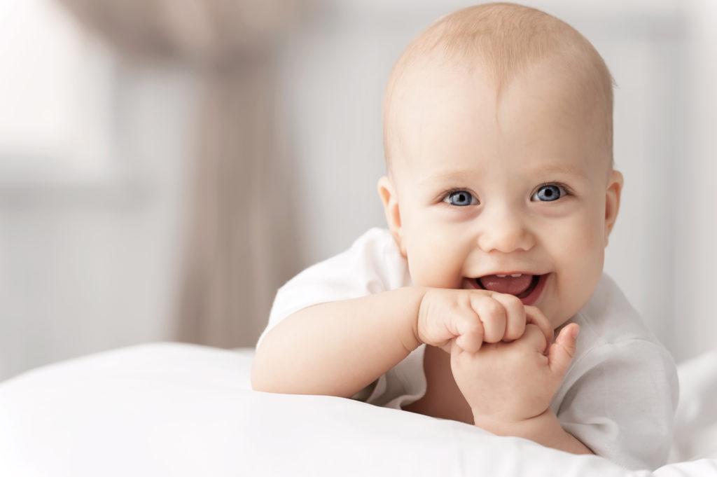 Erwachsene schneiden vor dem Kinderbettchen gerne Grimassen, weil es ja so süß ist, wenn Babys den Gesichtsausdruck imitieren. So scheint es. Tatsächlich sind die Kleinen dazu noch gar nicht in der Lage. (Bild: Alexandr Vasilyev/fotolia.com)