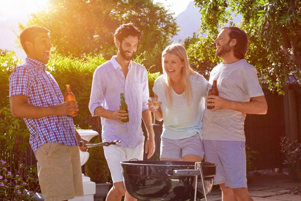 """Eine gesellige Grillparty ohne Bier ist für die meisten Menschen kaum vorstellbar. Das """"kühle Blonde"""" schmeckt aber nicht nur im Glas, sondern auch als Zutat in Soßen und Salaten. (Bild: Daxiao Productions/fotolia.com)"""