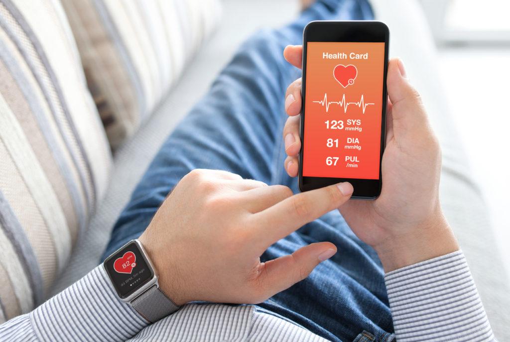 Im Fall von Bluthochdruck sind Gesundheits-Apps nur von Vorteil, wenn sie vom Betroffenen selbst gemessene Werte direkt an den Arzt übermitteln. Sonst sei Experten zufolge eher Vorsicht geboten. (Bild: Denys Prykhodov/fotolia.com)