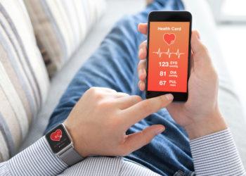 Schon jetzt gibt es Apps, die beim Blutdruckmessen helfen. Nun wurde ein neues Gerät entwickelt, bei dem der Blutdruck durch Druck des Zeigefingers auf einen Sensor am Smartphone gemessen werden kann. (Bild: Denys Prykhodov/fotolia.com)