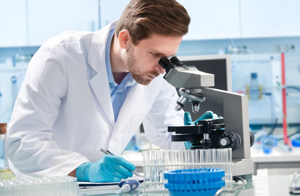 """Bei der Behandlung von Blutkrebs spielen Strahlen- beziehungsweise Chemotherapie eine wichtige Rolle. Doch man kann auch ein """"lebendes Medikament"""" gegen Leukämie einsetzen. Ein neuer Therapieansatz nutzt Abwehrzellen des Immunsystems gegen den Krebs. (Bild: Alexander Raths/fotolia.com)"""