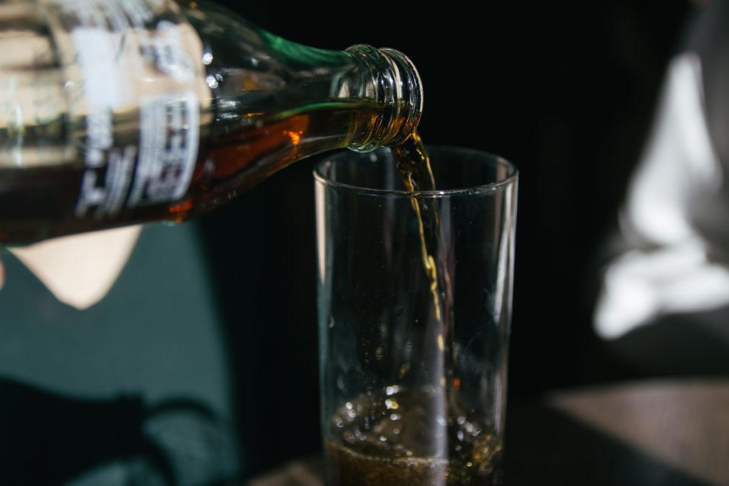Wenn Sie gerne Cola trinken, ist Ihnen sicher bekannt, dass Cola Unmengen an Zucker beinhaltet. Wussten Sie aber auch, dass Cola Phosphorsäure enthält und oft mit unerwünschten Schadstoffen belastet ist? (Bild aglphotography/fotolia.com)