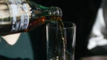 Wenn Sie gerne Cola trinken, ist Ihnen sicher bekannt, dass Cola Unmengen an Zucker beinhaltet. Wussten Sie aber auch das Cola Phosphorsäure enthält und oft von unerwünschten Schadstoffen belastet ist? (Bild aglphotography/fotolia.com)