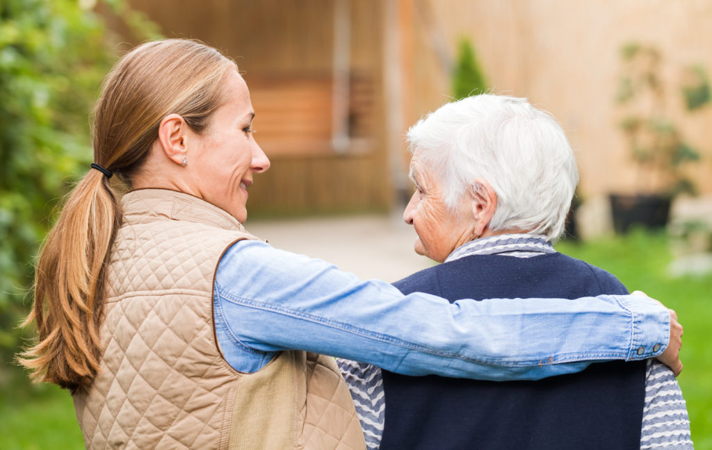 Demenz geht nicht nur mit einem immer schlechter werdenden Gedächtnis einher, sondern auch mit zahlreichen weiteren Symptomen. Bei der Pflege sollte darauf geachtet werden, Patienten zu fordern, aber nicht zu überfordern. (Bild: Ocskay Bence/fotolia.com)