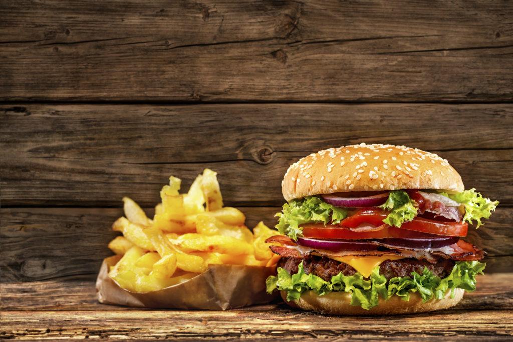 Fast-Food ist in der heutigen Zeit sehr beliebt, denn viele Menschen haben tagsüber wenig Zeit, um sich etwas gesundes zu Essen zu machen. Somit greifen diese Personen oft auf Junk-Food zurück. Dieses hat jedoch ernsthafte Auswirkungen auf die Gesundheit unserer Nieren, warnt eine aktuelle Studie. (Bild: Alexander Raths/fotolia.com)