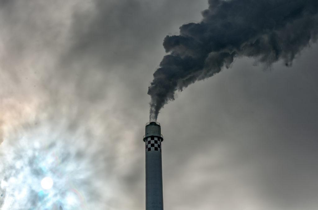 Dass Luftverschmutzung eine große Gefahr für die Gesundheit darstellt, ist lange bekannt. Einer neuen Studie zufolge erhöht eine starke Feinstaubbelastung das Sterberisiko mehrerer Krebsarten. (Bild: Ralf Geithe/fotolia.com)