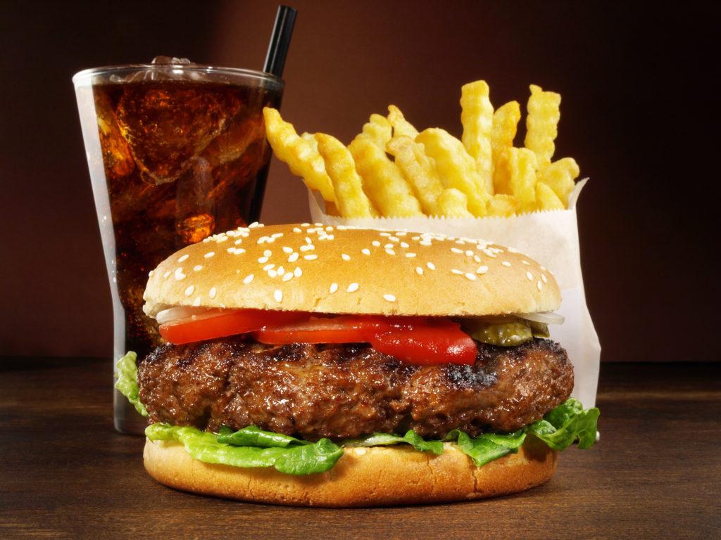 Fettiges Essen wie beispielsweise Hamburger mit Pommes Frittes sind bei Teenagern besonders beliebt. Allerdings ist gerade in diesem Alter solch fettiges Essen besonders gefährlich. Heranwachsende Mädchen, die viel ungesundes Fett zu sich nehmen, haben im späteren Leben ein erhöhtes Risiko für eine Brustkrebserkrankung. (Bild: ExQuisine/fotolia.com)