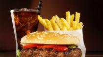 Fettiges Essen wie beispielsweise Hamburger mit Pommes Frittes sind bei Teenagern besonders beliebt. Allerdings ist gerade in diesem Alter solch fettiges Essen besonders gefährlich. Heranwachsende die viel ungesundes Fett zu sich nehmen, haben im späteren Leben eine erhöhtes Risiko für eine Brustkrebserkrankung. (Bild: ExQuisine/fotolia.com)