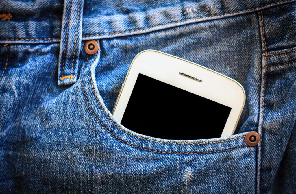 Handys sollten nicht ständig in der Hosentasche getragen werden. Bild: Kwangmoo - fotolia