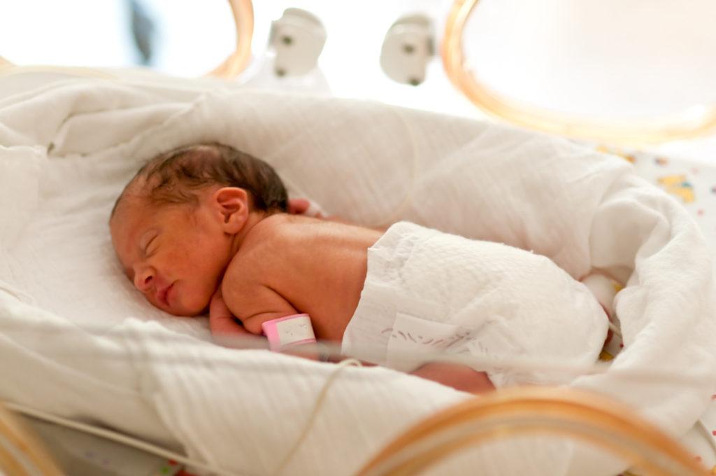 Frühchen wiegen bei ihrer Geburt meist viel zu wenig. Aber auch im späteren Leben scheinen frühgeborene Menschen einige Nachteile zu haben. Forscher fanden heraus, dass Betroffene öfter unter chronischen Erkrankungen leiden und im Erwachsenenalter meist weniger verdienen. (Bild: Tobilander/fotolia.com)