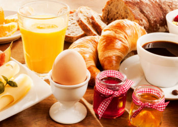 Ein gesundes Frühstück ist ein guter Start in den Tag. Viele Menschen genießen morgens ein Brötchen mit Marmelade und einen frischen Kaffee. Forscher untersuchten jetzt die Auswirkungen des Frühstücks auf unser Gewicht. (Bild: exclusive-design/fotolia.com)