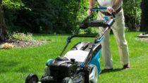 Gartenarbeit wie beispielsweise umgraben oder rasenmähen, verschönert nicht nur den Garten, auch unsere Gesundheit wird positiv davon betroffen. Durch wöchentlich etwas Arbeit im Garten, können wir uns vor einigen Erkrankungen schützen und unser Wohlbefinden verbessern. (Bild: Photographee.eu/fotolia.com)
