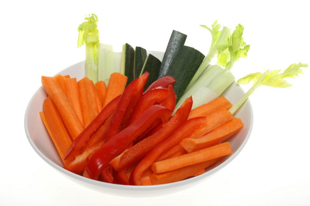 Wer zum Fernsehabend gerne Snacks hat, sollte besser auf Obst und Gemüse zurückgreifen. Diese sind gesünder als herkömmliche Imbisse wie Chips und Co. (Bild: Matthias Stolt/fotolia.com)