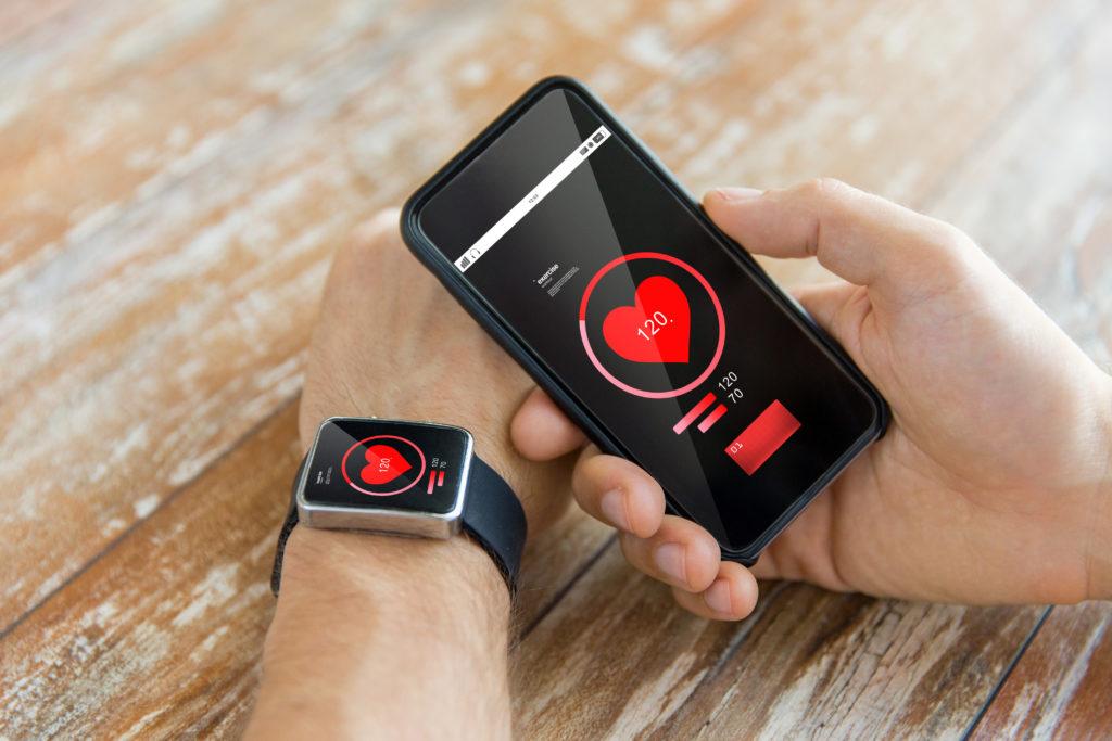 Blutdruck messen, Kalorien zählen, an Medikamente erinnern: Immer mehr Menschen nutzen Apps, die der Gesundheit dienen sollen. Zum Teil bergen sie auch Risiken, warnt das Bundesgesundheitsministerium. (Bild: Syda Productions/fotolia.com)