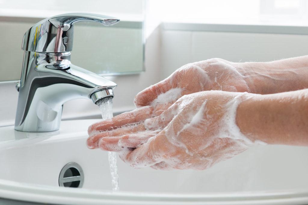 Nur durch gründliches Händewaschen können Krankheitserreger von der Haut gelöst werden. (Bild: Alexander Raths/fotolia.com)