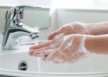 Da Hepatitis B hauptsächlich bei Blutkontakt übertragen wird, ist die Erkrankung eigentlich durch geeignete Hygienemaßnahmen  mit Händedesinfektionsmitteln gut beherrschbar. Dennoch kommt es in Krankenhäusern immer wieder zu Infektionen. (Bild: Alexander Raths/fotolia.com)
