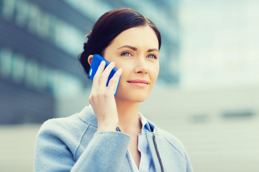 Lange wurde darüber gestritten, ob die langfristige Nutzung von Mobiltelefonen zu gesundheitlichen Schäden oder Krebs führen kann. Eine Langzeitstudie aus Australien ergab jetzt, dass Mobiltelefon-Nutzer aufatmen können, Handys erzeugen keinen Gehirnkrebs. (Bild: Syda Productions/fotolia.com)
