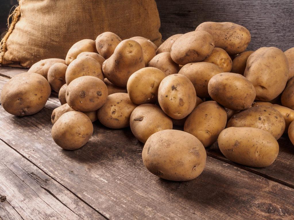 Kartoffeln gehören schon seit langer Zeit zu unseren Grundnahrungsmitteln. Die Knollen lassen sich auf viele verschiedene Arten verarbeiten und zubereiten. So bietet auch eine Nahrung reich an Kartoffeln trotzdem genügend Abwechslung. Allerdings scheint diese Art der Ernährung negative Folgen für unseren Blutdruck zu haben. (Bild: dmitriygut/fotolia.com)