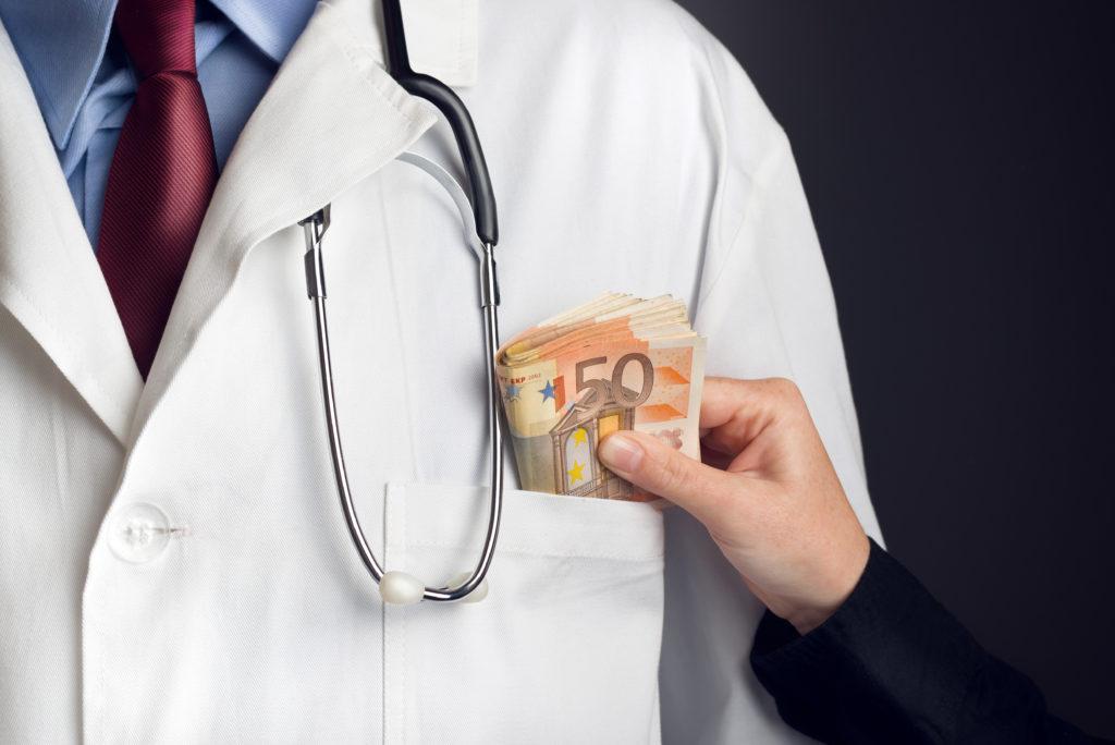 Nach dem Bundestag hat nun auch der Bundesrat ein Gesetz gebilligt, dass sich gegen Korruption im Gesundheitswesen richtet. Korrupten Ärzten drohen dann mehrjährige Haftstrafen. (Bild: Bits and Splits/fotolia.com)