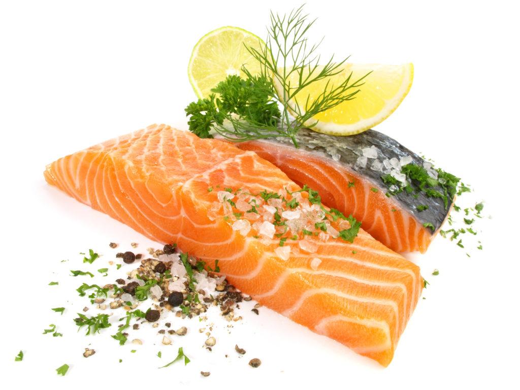 Lachs gilt als sehr gesund. Doch offenbar sind viele Zuchtlachs-Produkte aus dem Supermarkt mit Chemikalien belastet. (Bild: ExQuisine/fotolia.com)