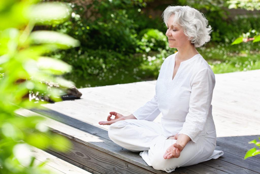 Yoga und Aquafit wirken sich positiv auf verschiedene Symptome der Multiplen Sklerose aus. Patientinnen leiden dadurch weniger an Müdigkeit und Depressivität. (Bild: jd-photodesign/fotolia.com)