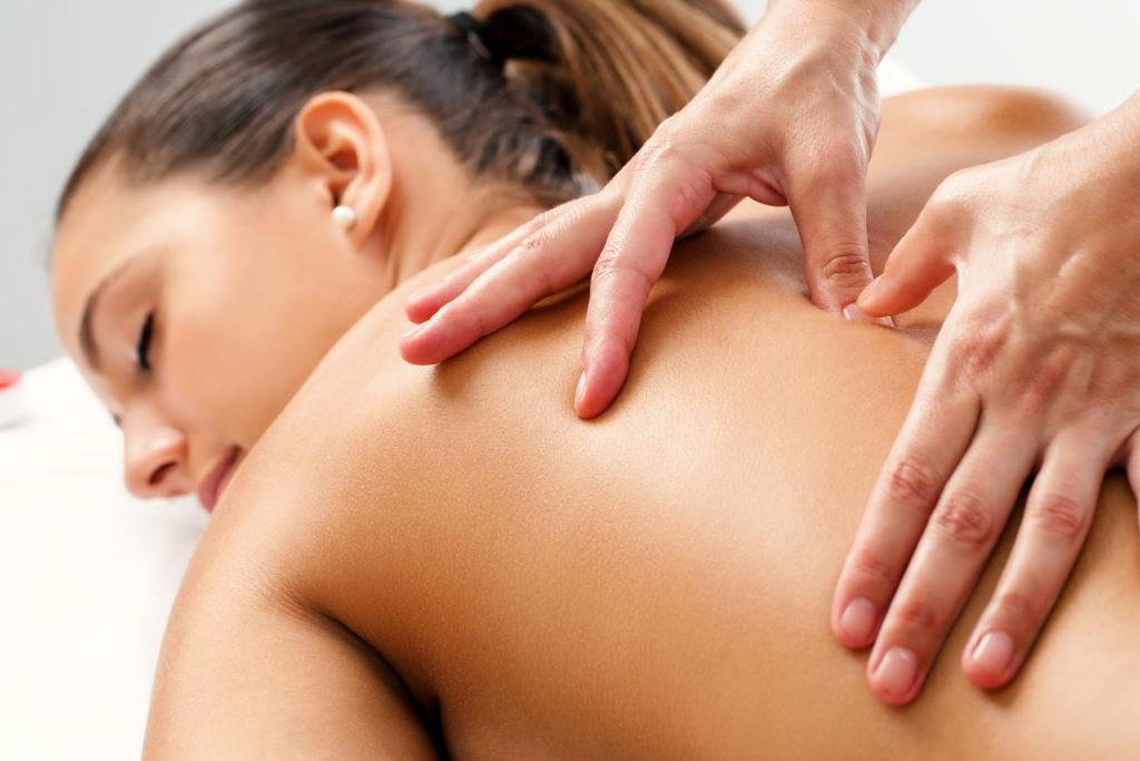 Massagen helfen uns Geist und Körper zu entspannen. Das Durchkneten unseres Körpers hat positive Auswirkungen auf vorher emfpundene körperliche Schmerzen. Außerdem helfen Massagen auch bei einigen sozialen, geistigen und emotionalen Problemen. (Bild: karelnoppe/fotolia.com)