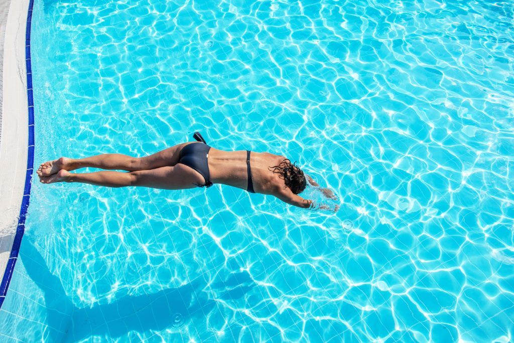 Aus den USA wird über den Fall einer jungen Frau berichtet, die nach einer Meningitis verstarb. Die 21-Jährige hatte sich die Hirnhautentzündung offenbar beim Baden in einem Pool zugezogen. (Bild: volff/fotolia.com)