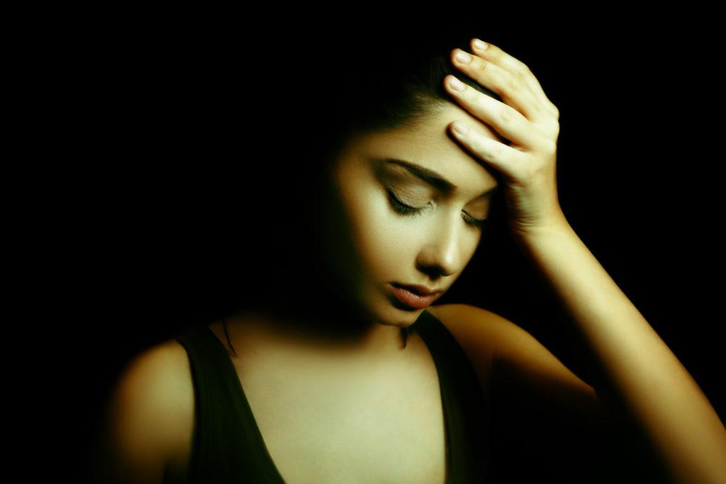 Ein schmales Spektrum grünen Lichts kann die Kopfschmerzen bei Migräne-Patienten lindern. (Bild: dundanim/fotolia.com)