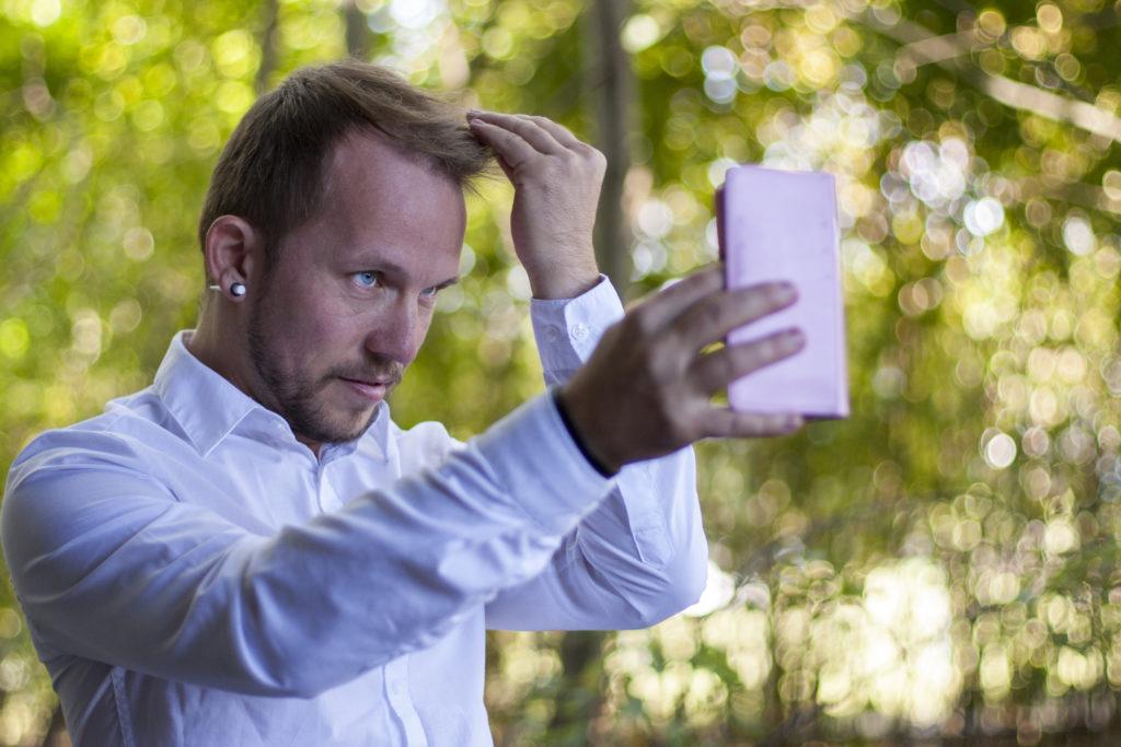 Menschen mit einer narzisstischen Störung gelten als selbstbezogene, eitle Persönlichkeiten. Doch hinter der Fassade steckt oft Einsamkeit. (Bild: Michael Eichhammer/fotolia.com)