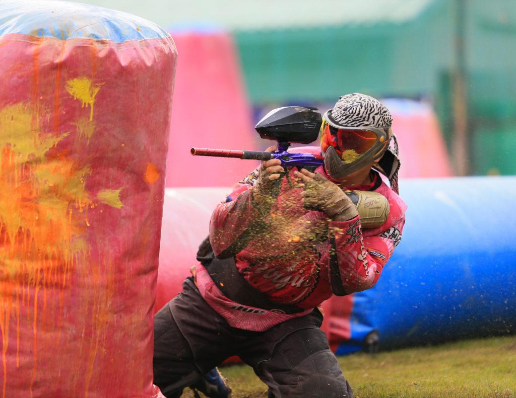 Beim Paintball handelt es sich um einen taktischen Teamsport. Die Teilnehmer versuchen sich dabei mit Farbkugeln zu markieren. Diese werden dafür aus speziellen Markierern verschossen. (Bild: tor1d/fotolia.com)