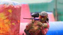 Bein Paintball handelt es sich um einen taktischen Teamsport. Die Teilnehmer versuchen sich dabei mit Farbkugeln zu markieren. Diese werden dafür aus speziellen Markierern geschossen. (Bild: tor1d/fotolia.com)