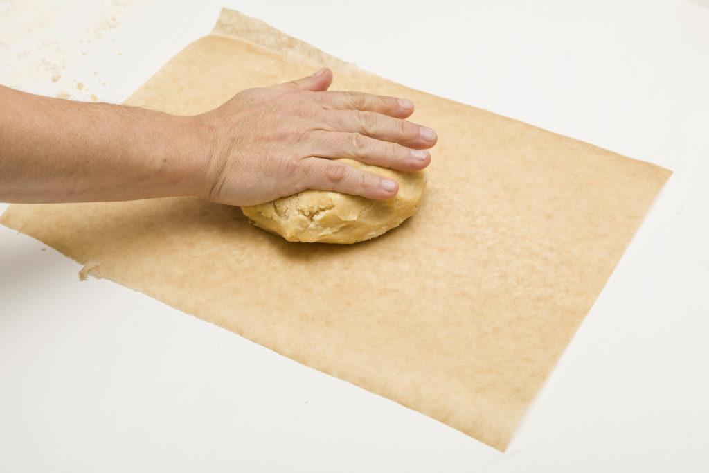 Perfluoroktansäure kann aus der Beschichtung von Backpapier in Lebensmittel übergehen und möglicherweise ein Gesundheitsrisiko darstellen. (Bild: mika/otolia.com)