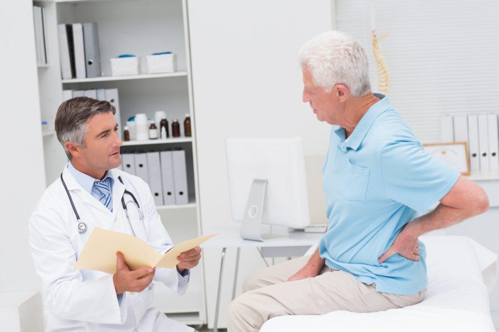 Viele ältere Menschen leiden unter Rückenschmerzen infolge degenerativer Veränderungen der Wirbelsäule. (Bild: WavebreakMediaMicro/fotolia.com)