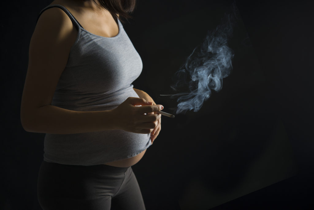 Schwangere Frauen sollten keinesfalls rauchen, so schützen sie ihre ungeborenen Kinder vor schwerwiegenden Erkrankungen von Körper und Geist. (Bild: wong yu liang/fotolia.com)