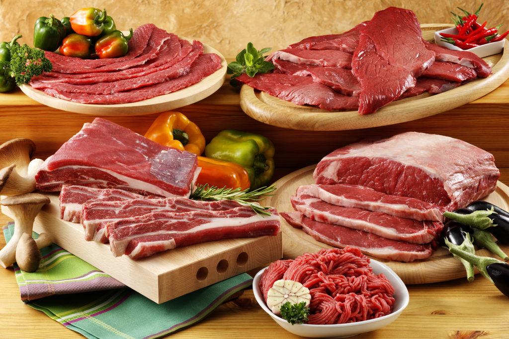 Rohes Fleisch sollte grundsätzlich getrennt von anderen Lebensmitteln aufbewahrt werden. Ansonsten können sich gefährliche Krankheitserreger verbreiten. (Bild: MIGUEL GARCIA SAAVED/fotolia.com)
