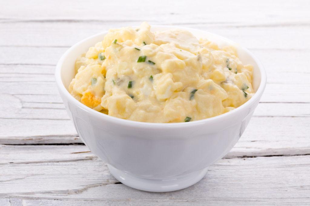 Fertigsalate haben sicherlich nicht den besten Ruf. Diese Produkte sind keine ernsthafte Alternative zu frischem Salat. Oft enthalten Fertigsalate viele Keime. Jetzt startete aber ein Hersteller von Fertigsalaten eine Rückrufaktion aus anderen Gründen. Der betroffene Salat enthält Kunststoffteilchen. (Bild: orinoco-art/fotolia.com)