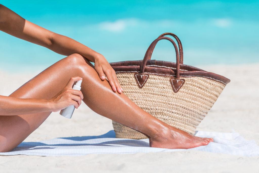 Am Strand ist das Sonnenbrand-Risiko besonders groß, weil Wasser und heller Sand das Licht reflektieren und so für eine stärkere UV-Belastung sorgen. Die Mittagssonne sollte daher am besten gemieden werden. (Bild: Maridav/fotolia.com)
