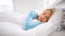 Mithilfe einer App haben Forscher das Schlafverhalten von Menschen in 20 Nationen untersucht. Sie stellten unter anderem fest, dass die Schlafdauer maßgeblich durch abendliche Aktivitäten bestimmt wird. (Bild: elnariz/fotolia.com)
