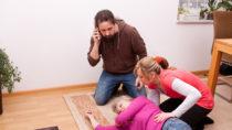 Jährlich erleiden über eine Viertelmillion Deutsche einen Schlaganfall. Rund die Hälfte davon könnte vermieden werden. Im akuten Fall ist schnelle Hilfe gefragt. Dafür muss man zuerst die Symptome kennen. (Bild: Miriam Dörr/fotolia.com)