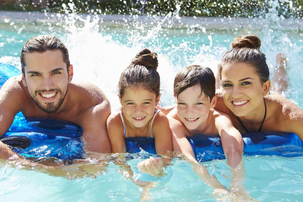 Immer Sommer treibt es viele Menschen in öffentliche Freibäder oder private Pools. Durch Schwimmen kühlen wir uns ab und können sogar nocht etwas körperliche Aktivität ausüben. Das hilft uns fit zu bleiben und senkt sogar die Wahrscheinlichkeit für einige Arten von Krebs. Allerdings geht eine Gefahr von unseren Schwimmbädern aus, denn die enthaltenen Chemikalien können unserer Gesundheit schaden. (Bild: Monkey Business/fotolia.com)