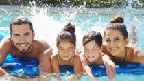 Immer Sommer treibt es viele Menschen in öffentliche Freibäder oder private Pools. Durch Schwimmen kühlen wir uns ab und können sogar nocht etwas körperliche Aktivität ausüben. Das hilft uns fit zu bleiben und senkt sogar die Wahrscheinlichkeit für einige Arten von Krebs. Allerdings geht eine Gefahr von unseren Schwimmbädern aus, die enthaltenen Chemikalien können unserer Gesundheit schaden. (Bild: Monkey Business/fotolia.com)