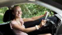Einige Menschen verbringen viel Zeit in ihrem Auto. Gerade im Sommer setzen wir damit unsere Haut einer langen Sonneneinstrahlung aus. Aber wie gut ist eigentlich der Schutz unserer Autoscheiben vor UV Strahlen? (Bild: contrastwerkstatt/fotolia.com)