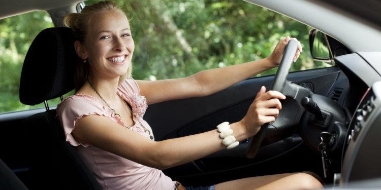 Junge Frau fährt mit dem Auto