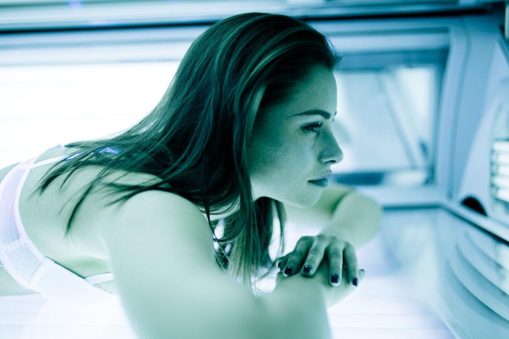 Menschen, die an Sonnenallergie leiden, bekommen oft den Rat zu hören, den Beschwerden durch Abhärtung im Sonnenstudio vorzubeugen. Experten raten aber davon ab. (Bild: nd3000/fotolia.com)