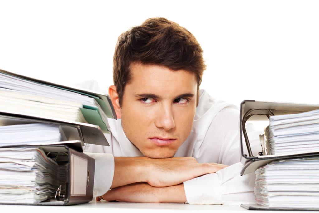 Stress oder zu viel Arbeit im Büro kann manchmal ganz schön auf die Laune schlagen. Aber ein viel beschäftigter Alltag kann auch durchaus Vorteile für uns haben. Zumindest unsere kognitiven Fähigkeiten werden durch dauernde Aufgaben trainiert. Gerade im Alter profitiert unser Gehirn besonders davon. (Bild: Gina Sanders/fotolia.com)